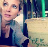 Zum ersten Mal nach der Geburt ihrer Zwillinge trinkt Elsa Pataky diesen organischen Drink.