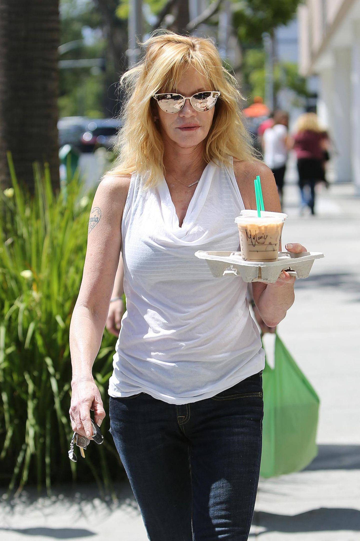 Melanie Griffith holt sich an einem warmen Tag in Los Angeles bei Starbucks einen Eiskaffee.