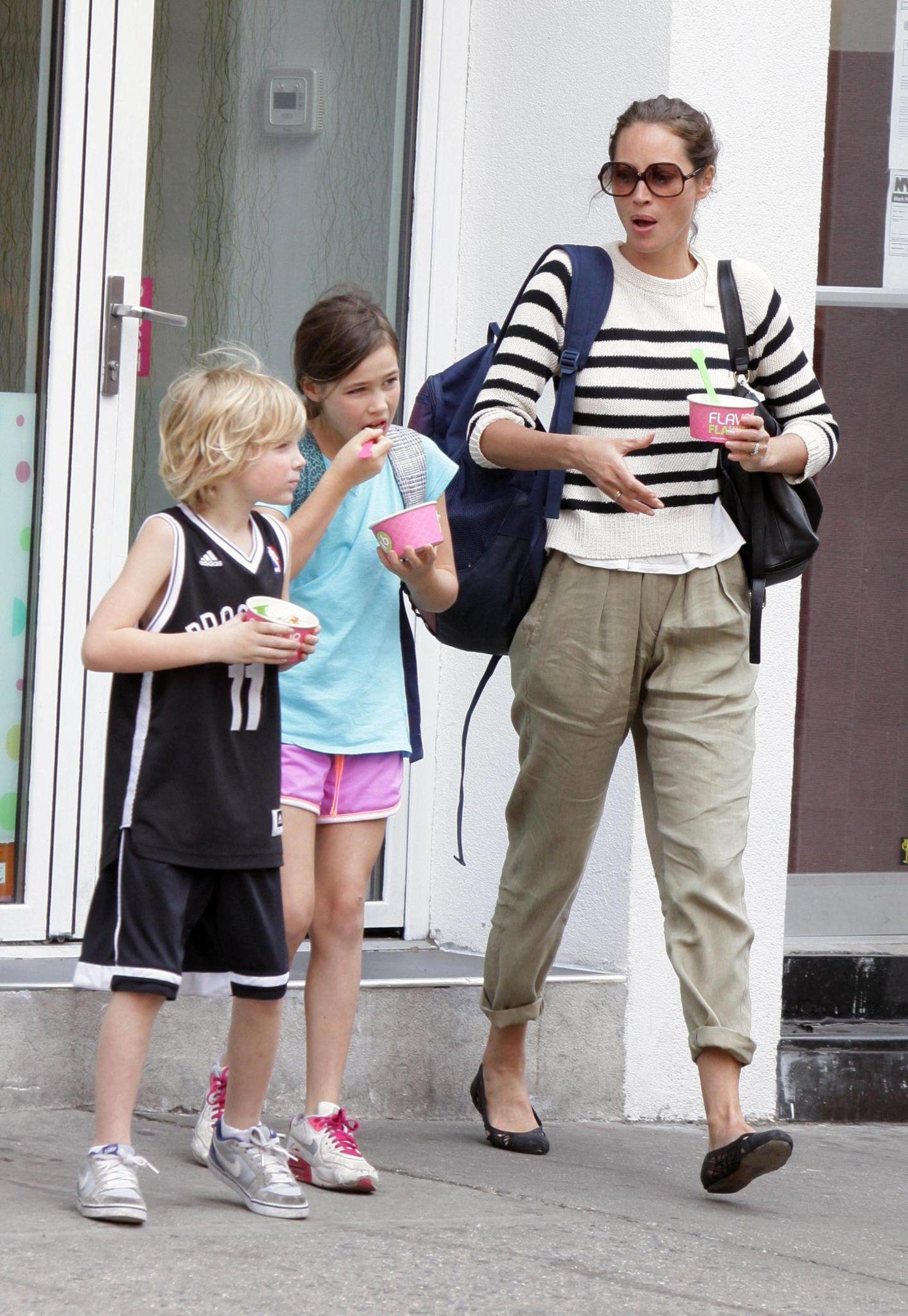 Christy Turlington und ihre Kinder Grace und Finn schlecken im New Yorker West Village einen Frozen Yoghurt.