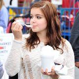 """""""Modern Family""""-Schauspielerin Ariel Winter gönnt sich auf dem Farmers Market in Studio City ein großes Eis."""