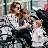 Jessica Alba hat ihren beiden Mädchen ein leckeres Eis spendiert.