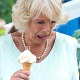 """Bei der """"Hampton Court Flower Show"""" in London hofft Herzogin Camilla auf Abkühlung durch ein leckeres Eis. Ihrem Gesichtsausdruck nach, scheint es aber nicht ganz ihr Geschmack zu sein."""
