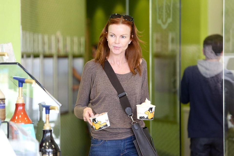 """""""Desperate Housewive"""" Marcia Cross gönnt sich und ihren Zwillingen Savannah und Eden eine große Portion Frozen Yoghurt."""