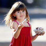An einem heißen Tag in Los Angeles bekommt Anja Mazur von Mama Alessandra Ambrosio ein Eis mit Streuseln und Schokosoße.