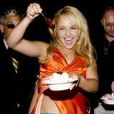 Hayden Panettiere krönt ihr Sahne-Eis noch mit einem großen Schuss Schoko-Sauce.