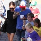 Familienausflug bei den Beckhams: Den Aufenthalt in den Universal Studios in L.A. versüßen sich David und die Kinder mit Eis.