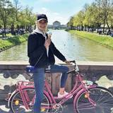 Bei schönstem Sonnenschein schwingt sich Model Lena Gercke auf ihr Fahrrad und gönnt sich ein Eis.