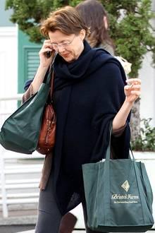 3. Januar 2011: Annette Bening ist telefonierend in Beverly Hills unterwegs.