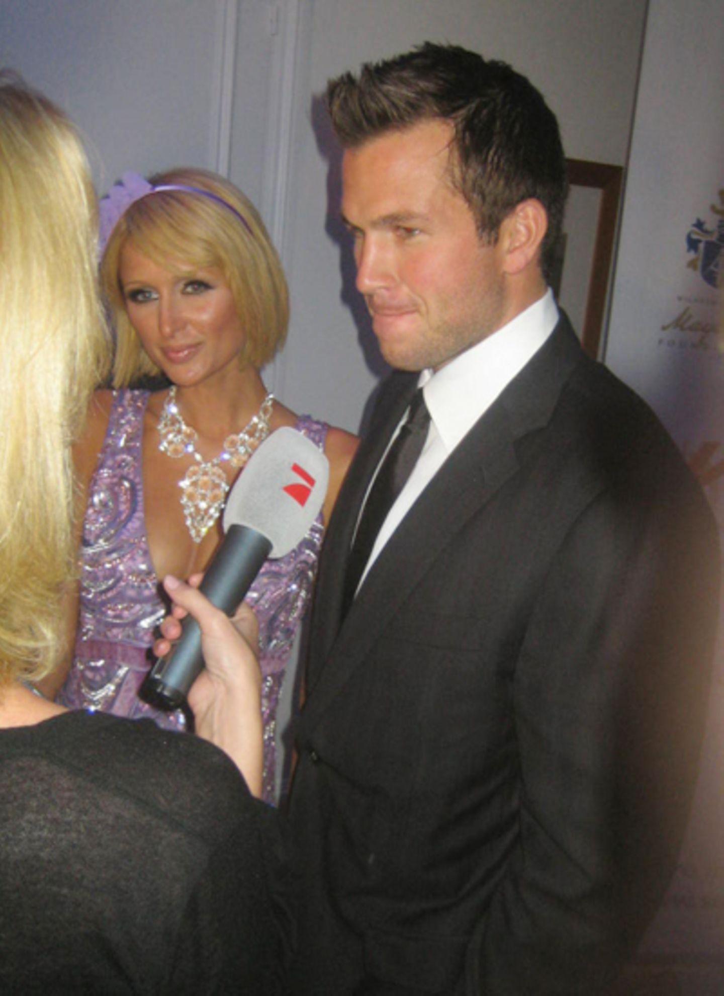 Paris Hilton und Doug Reinhardt sind mit einiger Versätung unterwegs zum Promipokerturnier der Maybachstiftung.