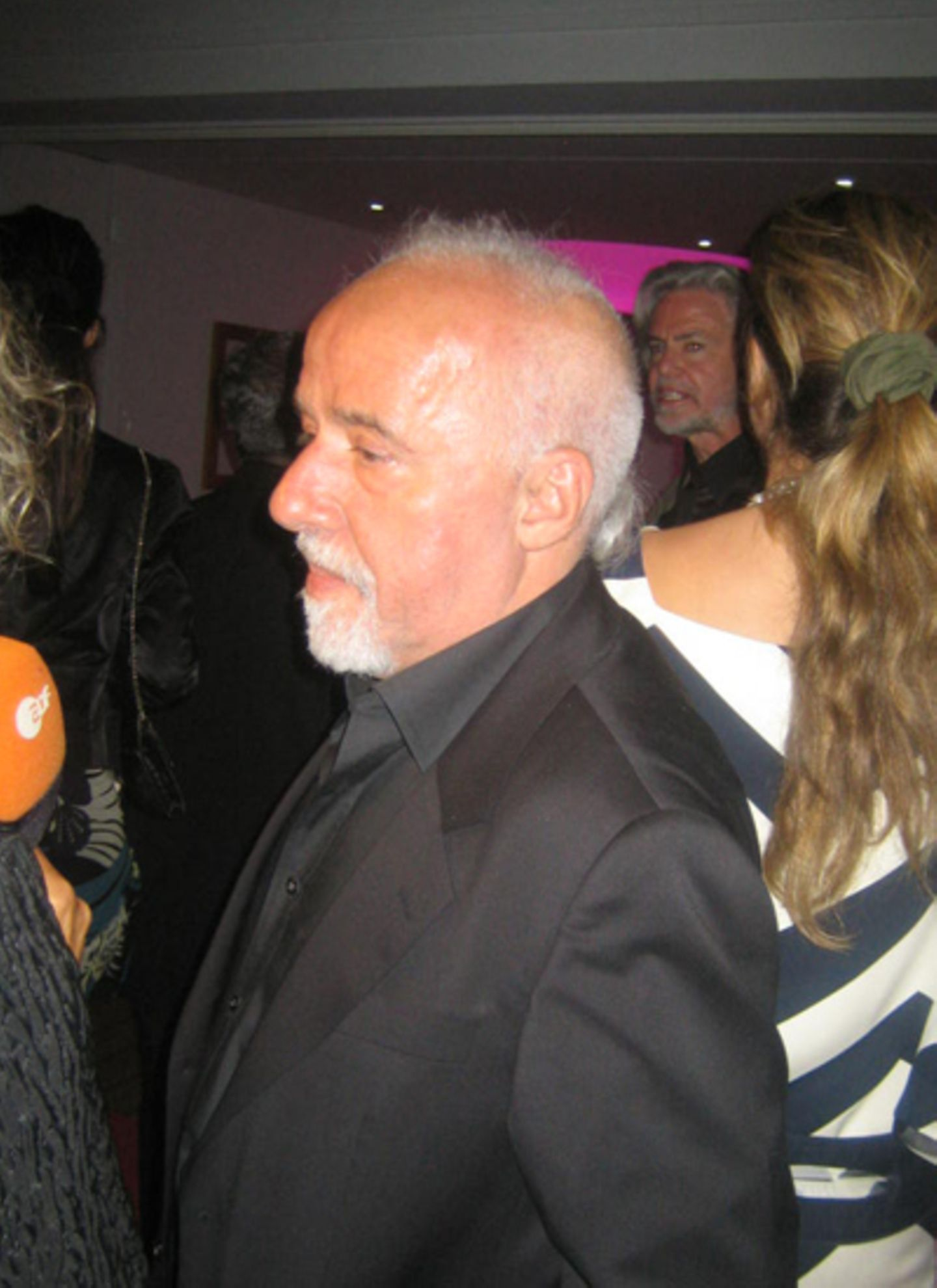 Das bunte Partygetümmel von Cannes an Abend.