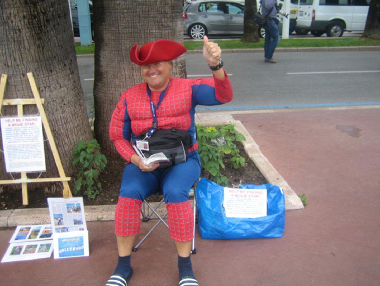 Aufallen um jeden Preis: Dieser Spiderman ist aus Deutschland und hat sich während des Festivals vor dem Noga Hilton Hotel insta