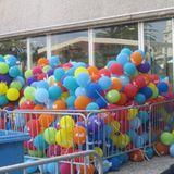 """Für die Party von """"UP"""" werden die bunten Ballons noch in Käfigen festgehalten."""