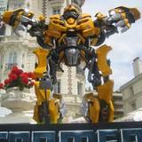 Gute 5 Meter misst die gigantische Transformers-Figur vor dem Carlton-Hotel.