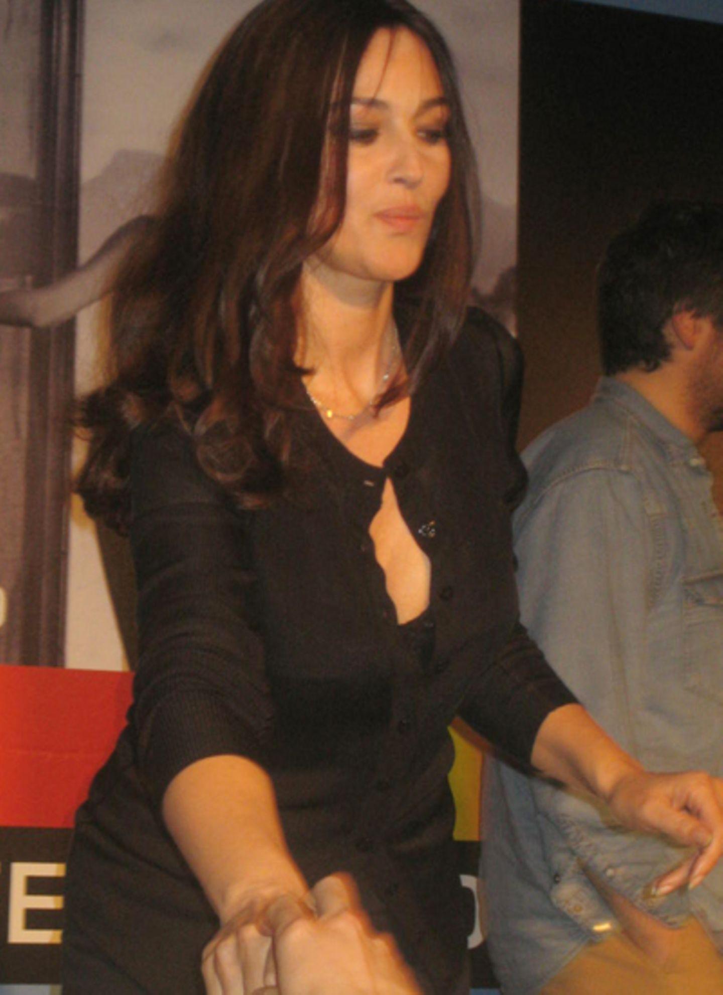 """Bei ihrer Pressekonferenz zu """"Ne te retourne pas"""" war die Bellucci ganz Diva."""