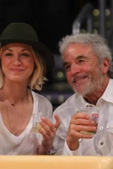 Gemeinsam mit ihrem Vater Gary Cuoco besucht Schauspielerin Kaley Cuoco ein Spiel der Los Angeles Lakers.