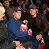 """Matt Damon und sein Vater machen es sich mit Popcorn bei der """"The Town""""-Premiere in Boston gemütlich."""