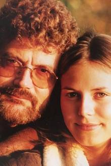 """Zum Geburtstag von Günther Klum grüßt Heidi Klum liebevoll: """"Lieber Papa, herzlichen Glückwunsch zum Geburtstag! Du bist der Beste."""" Dazu können sich Fans über ein Throwback-Foto aus Heidis Jugend freuen - inklusive Dauerwelle bei Papa Klum."""