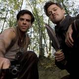 Nazi-Jäger unter sich: Eli Roth und Brad Pitt posieren mit ihren Werkzeugen.
