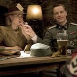Diane Kruger trägt den schönen Namen Bridget Von Hammersmark mit ihrem Kollegen Michael Fassbender alias Lt. Archie Hicox.