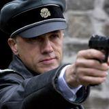 Mit Totenkopf und Knarre zieht Christopher Waltz gegen Brad Pitt in den Krieg.