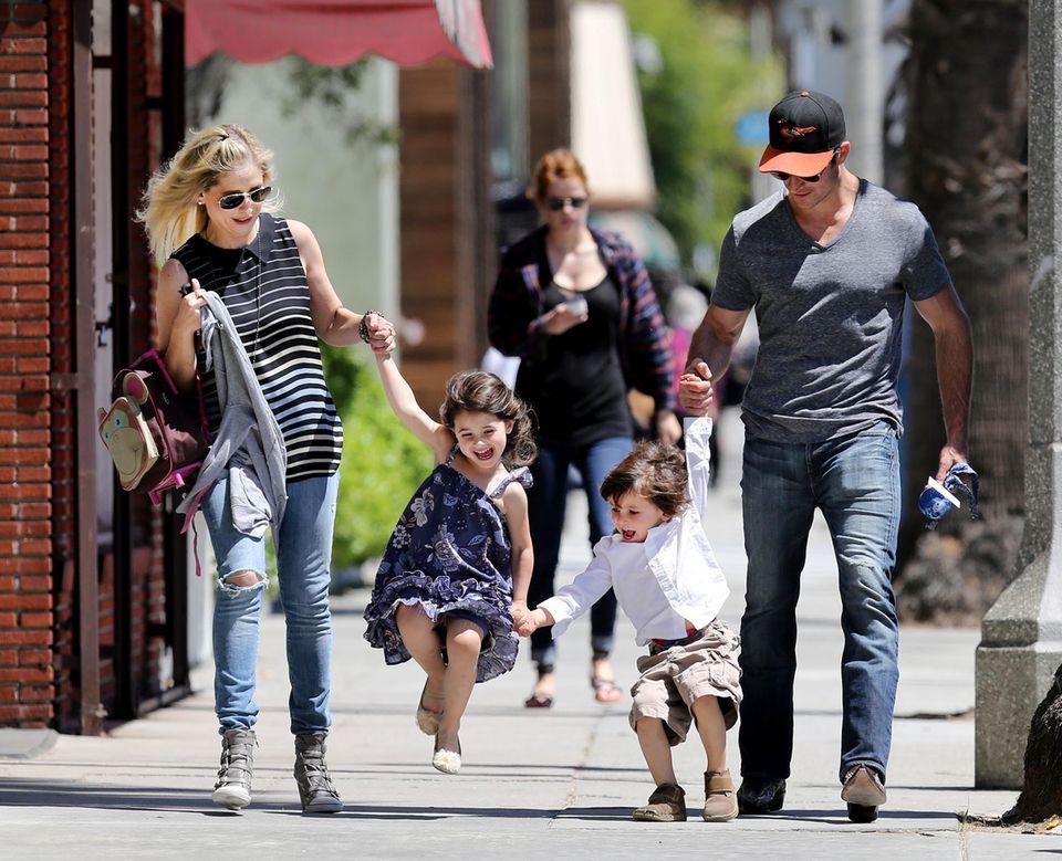 21. April 2013: Sarah Michelle und Freddie Prinze Jr. sind auf dem Weg zum Veggie Grill in Santa Monica. Tochter Charlotte Grace gefällt das ganz besonders.