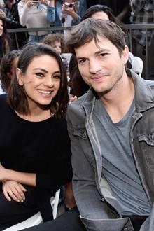 """Ihre Liebe zum Sport ist nur eine von vielen Gemeinsamkeiten von Ashton Kutcher und Mila Kunis.  Eine weitere: Beide hatten Rollen in der Serie """"Die wilden Siebziger"""", die zwischen 1998 und 2006 gedreht wurde. Verliebt haben sich Ashton und Mila allerdings erst viel später, seit April 2012 sind sie ein Paar. Im Februar 2014 wurde ihre Verlobung verkündet, im Mai gab Mila Kunis in der Talkshow von Ellen DeGenere bekannt, dass sie und Ashton ein Kind erwarteten."""
