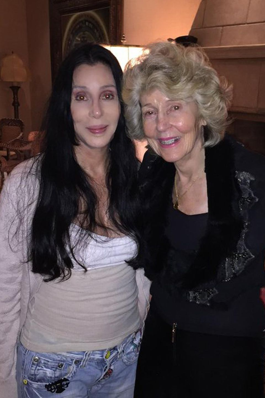 """Cher beweist auf Twitter, dass sie nicht nur durch Schönheits-OPs auch mit 69 Jahren noch verdammt jung aussieht. Die Sängerin hat offenbar einige gute Gene von ihrer Mutter mitbekommen. """"So sehen 70 & 90 in meiner Familie aus"""", schreibt sie zu einem Schnappschuss, der Cher und ihre Mutter Georgia Holt zeigt. """"Mutter trägt KEIN MAKE-UP."""" Holt wird im Juni 90 Jahre alt."""
