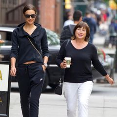 Irina Shayk nimmt sich Zeit für ihre Mutter und schlendert mit ihr durch die Straßen von New York City.