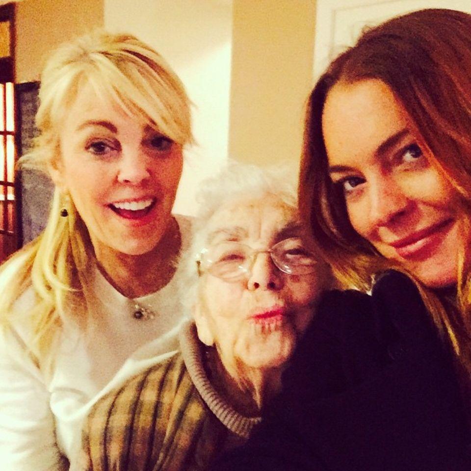 Drei Generationen Frauenpower: Lindsay Lohan teilt ein sehr persönliches Familienfoto von sich, ihrer Oma und Mama mit ihren Fans.