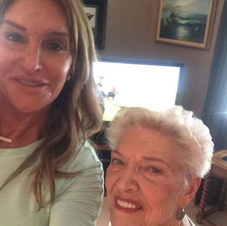 Gespannt verfolgt Caitlyn Jenner gemeinsam mit ihrer Mutter Esther die Olympischen Spiele in Rio vom heimischen Sofa. Das weckt Erinnerungen: Jenner selbst gewinnt 1976 die olympische Goldmedaille im Zehnkampf.
