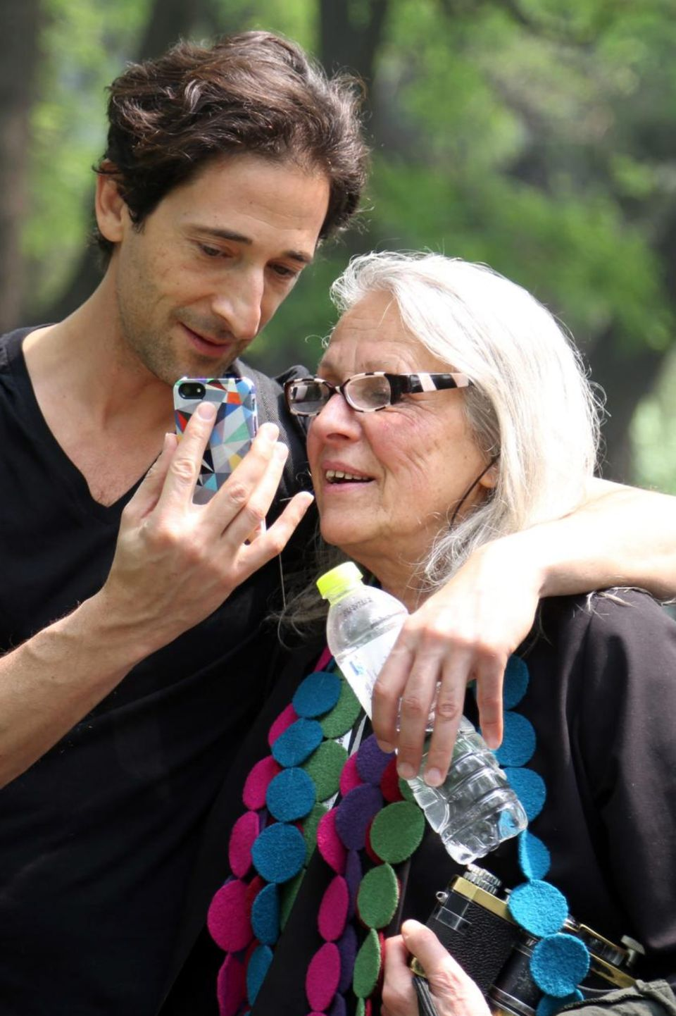 """Adrien Brody und seine Mutter Sylvia Plachy besuchen gemeinsam eine Fotoausstellung im Rahmen des """"2014 International Film Festival"""" in Beijing und halten die Erlebnisse mit dem Handy fest."""