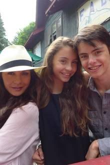 Groß sind sie geworden Carys und Dylan Douglas. Catherine Zeta Jones wirkt wie die ältere Schwester neben ihren Kindern. Sie schreibt, dass es für sie nicht schöneres gibt, als Zeit mit ihren Kindern zu verbringen.