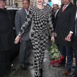 Im silbrig-kartierten Vintage-Jumpsuit von Versace ist Lady GaGa in Paris unterwegs.