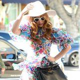 Fashion-Looks: Ungewohnt mädchenhaft und sommerlich zeigt sich Lady GaGa bei einem Einkaufbummel im bunten Chiffonkleid.