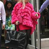 Nach dem Besuch im New Yorker Armani-Shop behält Lady GaGa die neuerworbene, pinke Felljacke gleich an.