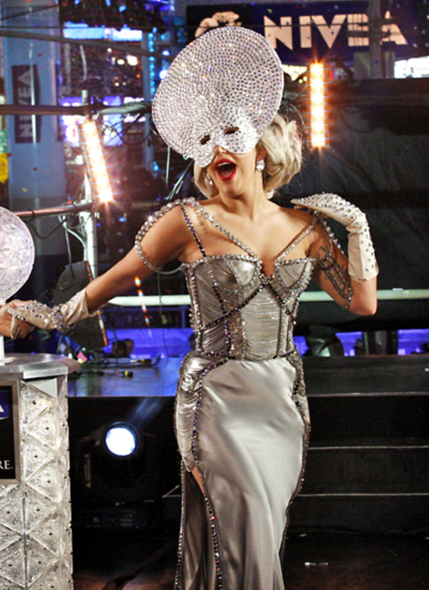 """""""Happy New Year!"""" Lady Gaga begrüßt am New Yorker Times Square das neue Jahr mit einer Kreation aus Silber-Satin und ganz vielen"""