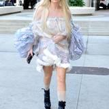 Chiffon, Blümchenstoff, Pelzsaum und Mega-Puffärmel: Ein ganz normales Reise-Outfit für Lady GaGa.
