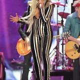 In Gold- und Silberstreifen gibt Lady GaGa auf der Bühne alles.