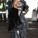 Fashion-Looks: Ganz die GaGa: Die Moskauer Fans am Flughafen bekommen einen typisches, freizügiges Outfit präsentiert.
