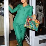 """In einem grünen Hosenanzug und mit Dollarzeichen-Hut taucht Lady GaGa vor den """"ITV Studios"""" in London auf."""