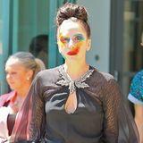 Clown trifft Gothic: Geschminkt wie ihr neues Plattencover und düster gekleidet zieht Lady GaGa wie üblich alle Blicke auf sich.