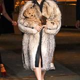 Gute Tarnung für Hündchen Fozzi: Als Grande Dame mit ausladendem Pelzmantel präsentiert sich Lady GaGa in Bulgarien.