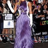 Lady GaGa präsentiert diese fliederfarbene Haar-Kleid-Symbiose bei einem Besuch in Hong Kong.
