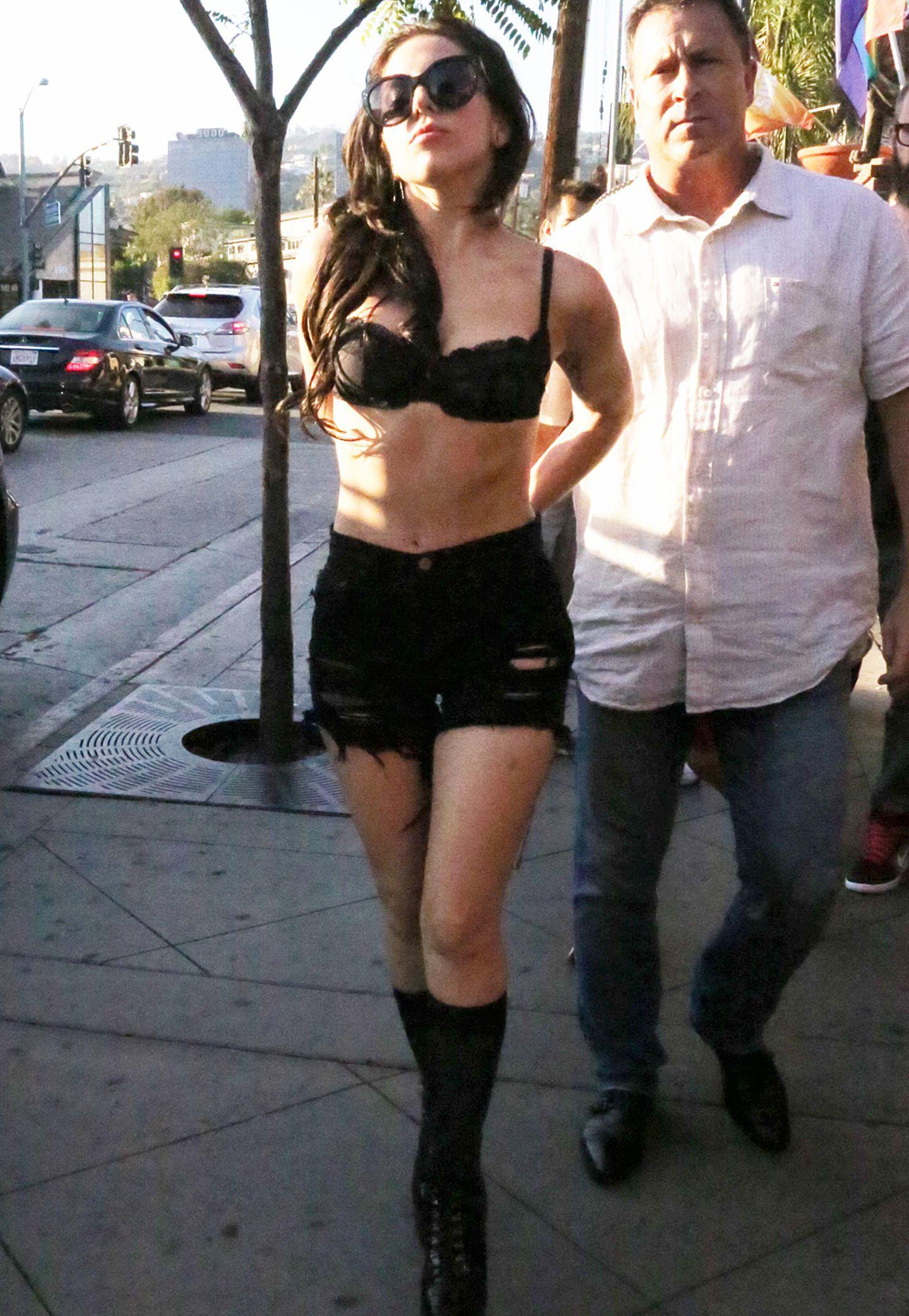 Der Name ist Programm: Lady GaGa in einem mehr als gewöhnungsbedürftigen Outfit bestehend aus BH, zerfledderter Hotpants und hohen, derben Stiefeln.