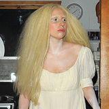 The White Lady (GaGa): Mit Kleid im Empire-Stil, hellblonder Perücke und weißem Make-up schwebt Lady GaGa geisterhaft durch London.