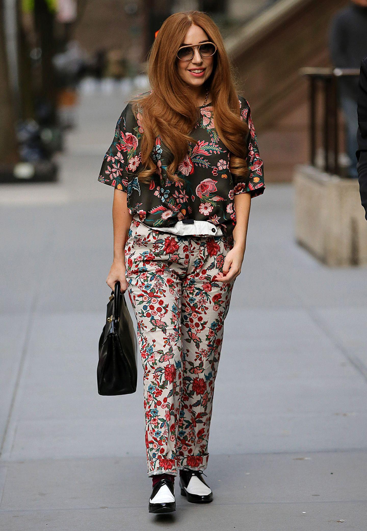 Fast hätte man Lady GaGa ohne hohe Schuhe und skurille Kleidung nicht erkannt. Doch für einen Besuch im Restaurant ihrer Eltern tauscht die Sängerin ihren extremen Look gegen ein florales Freizeit-Outfit.