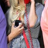 Nach Hause telefonieren: Mit dieser witzigen Telefon-Handtasche wird Lady GaGa zum Hingucker.