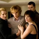 Carlisle Cullen (Peter Facinelli), Alice (Ashley Greene) und Emmett (Kellan Lutz) müssen Jasper (Jackson Rathbone) zurückhalten.