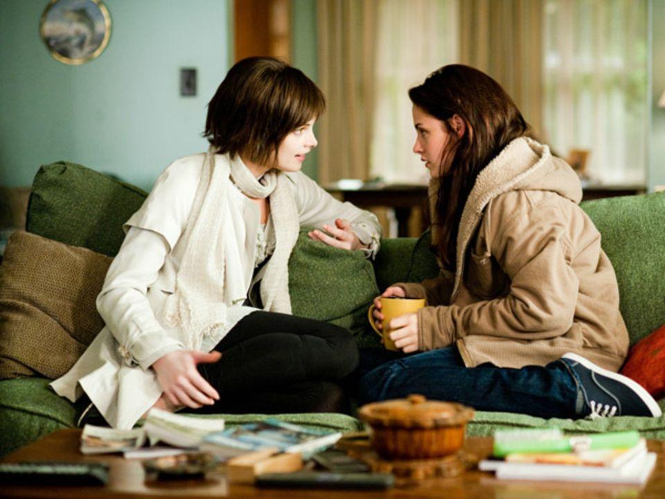 Alice tröstet Bella.
