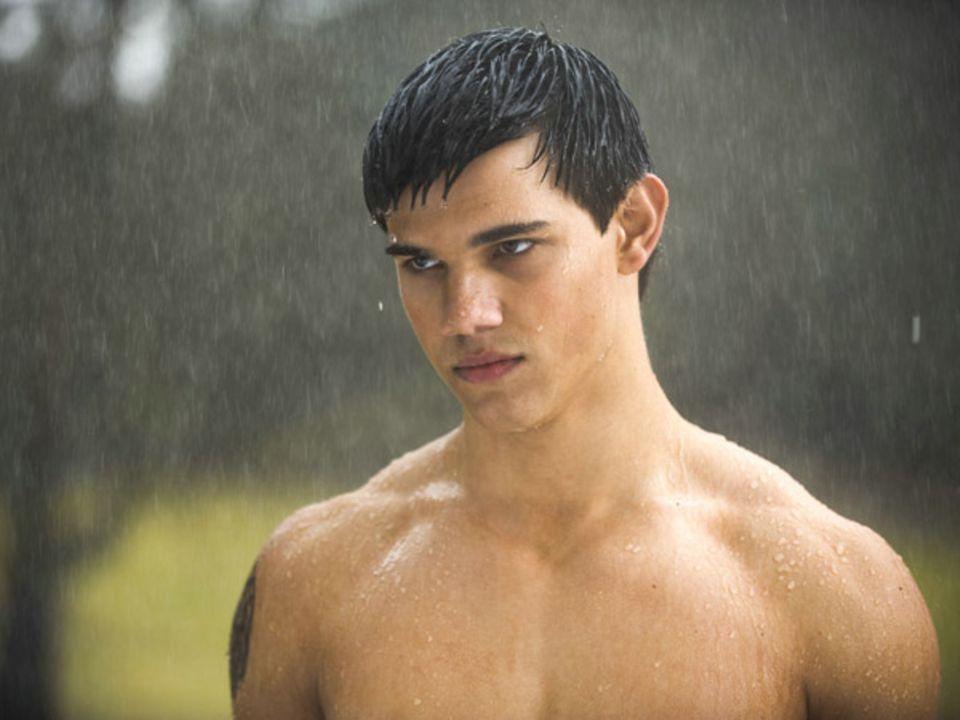 Jacob steht im Regen.